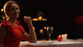 Σαγηνευτικός θηλυκός ευτυχής να δει το φίλο με το πολύτιμο δώρο, ρομαντική ημερομηνία, αγάπη φιλμ μικρού μήκους
