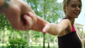 Σαγηνευτικό χέρι ανδρών εκμετάλλευσης γυναικών και τρέξιμο στο πάρκο φλερτ κοριτσιών με το άτομο απόθεμα βίντεο