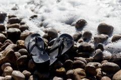 Σαγιονάρες την ημέρα παραλιών χαλικιών Στοκ Φωτογραφίες