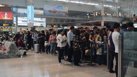 Σαγκάη, Κίνα - 11 Μαΐου 2019: Οι επιβάτες περιμένουν στη σειρά στην πύλη αναχώρησης τραίνων υψηλής ταχύτητας, σιδηροδρομικός σταθ φιλμ μικρού μήκους