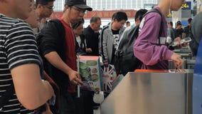 Σαγκάη, Κίνα - 11 Μαΐου 2019: Οι επιβάτες τρυπούν τα εισιτήρια στις περιστροφικές πύλες για την πρόσβαση τροφής τραίνων σε Hongqi απόθεμα βίντεο