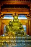 ΣΑΓΚΆΗ, ΚΙΝΑ: Θρησκευτικός βωμός με το μεγάλο χρυσό άγαλμα του Βούδα που κεντροθετείται ανωτέρω, τοποθετημένο εσωτερικό Jing ` μι Στοκ φωτογραφία με δικαίωμα ελεύθερης χρήσης