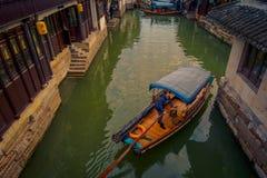 ΣΑΓΚΆΗ, ΚΙΝΑ - 29 ΙΑΝΟΥΑΡΊΟΥ 2017: Διάσημη πόλη νερού Zhouzhuang, αρχαία περιοχή πόλης με τα κανάλια και τα παλαιά κτήρια στοκ εικόνα