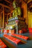 ΣΑΓΚΆΗ, ΚΙΝΑ - 29 ΙΑΝΟΥΑΡΊΟΥ 2017: Θρησκευτικός βωμός με το μεγάλο χρυσό άγαλμα του Βούδα που κεντροθετείται ανωτέρω, τοποθετημέν Στοκ Φωτογραφία