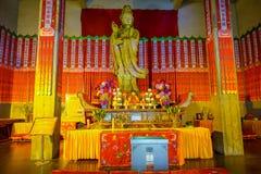 ΣΑΓΚΆΗ, ΚΙΝΑ - 29 ΙΑΝΟΥΑΡΊΟΥ 2017: Θρησκευτικός βωμός με το μεγάλο χρυσό άγαλμα του Βούδα που κεντροθετείται ανωτέρω, τοποθετημέν Στοκ εικόνα με δικαίωμα ελεύθερης χρήσης