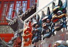 ΣΑΓΚΆΗ, ΚΙΝΑ - 7 Μαΐου 2017 - ξύλινες κινεζικές μάσκες αναμνηστικών στην αγορά κοντά στον κήπο Yu, Σαγκάη στοκ εικόνες