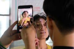 ΣΑΓΚΆΗ, ΚΙΝΑ: Τον Ιούλιο του 2018: Νέο ιατρικό app που αναπτύσσεται στην Κίνα εξετάζεται σε έναν θηλυκό ασθενή στοκ φωτογραφίες