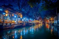 ΣΑΓΚΆΗ, ΚΙΝΑ: Το όμορφο φως βραδιού δημιουργεί τη μαγική διάθεση μέσα στην πόλη νερού Zhouzhuang, αρχαία περιοχή πόλης με στοκ εικόνα με δικαίωμα ελεύθερης χρήσης