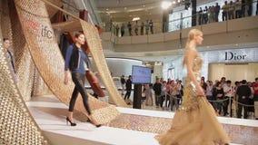 Σαγκάη - 6 Σεπτεμβρίου: Άποψη της επίδειξης μόδας στο εσωτερικό των αγορών mal, στις 6 Σεπτεμβρίου 2013, πόλη της Σαγκάη, Κίνα απόθεμα βίντεο