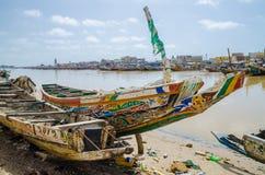 Σαιντ Λούις, Σενεγάλη - 12 Οκτωβρίου 2014: Ζωηρόχρωμες χρωματισμένες ξύλινες αλιευτικά σκάφη ή πιρόγες στην ακτή του Σαιντ Λούις Στοκ φωτογραφίες με δικαίωμα ελεύθερης χρήσης