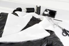 Σακάκι δέρματος με την άσπρη γούνα στο περιλαίμιο Στοκ Εικόνες