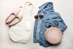 Σακάκι, παπούτσια, τσάντες και εξαρτήματα τζιν οιωνού στοκ εικόνα με δικαίωμα ελεύθερης χρήσης