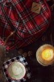 Σακίδιο πλάτης, καφές και κερί καρό στοκ φωτογραφία