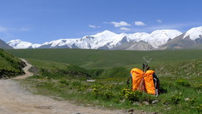 Σακίδια πλάτης και ιερό βουνό Anymachen χιονιού στο θιβετιανό οροπέδιο Στοκ Εικόνες