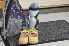 Σακίδιο πλάτης, παπούτσια και μπουκάλι Στοκ φωτογραφία με δικαίωμα ελεύθερης χρήσης