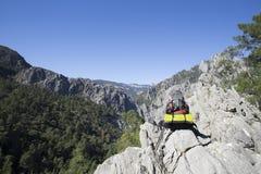 Σακίδιο πλάτης που στέκεται πάνω από ένα βουνό Στοκ φωτογραφία με δικαίωμα ελεύθερης χρήσης