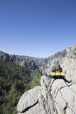 Σακίδιο πλάτης που στέκεται πάνω από ένα βουνό Στοκ Εικόνα