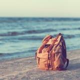 Σακίδιο πλάτης ταξιδιού στην παραλία θάλασσας Στοκ Εικόνες