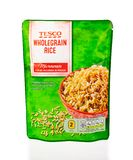 Σακούλα μικροκυμάτων του wholegrain ρυζιού Tesco Άσπρη ανασκόπηση στοκ φωτογραφία με δικαίωμα ελεύθερης χρήσης