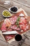 Σαλάμι, ζαμπόν, λουκάνικο, prosciutto και κρασί Στοκ εικόνες με δικαίωμα ελεύθερης χρήσης