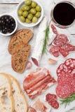 Σαλάμι, ζαμπόν, λουκάνικο, prosciutto και κρασί Στοκ Εικόνες