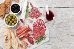Σαλάμι, ζαμπόν, λουκάνικο, prosciutto και κρασί Στοκ εικόνα με δικαίωμα ελεύθερης χρήσης