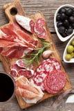 Σαλάμι, ζαμπόν, λουκάνικο, prosciutto και κρασί Στοκ Φωτογραφία