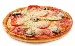 Σαλάμι και πίτσα μανιταριών με τα τουρσιά στοκ φωτογραφία