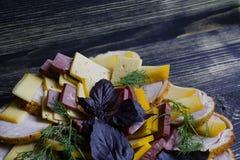 Σαλάμι, τεμαχισμένη ζαμπόν και σαλάτα και λαχανικά τυριών Συμπίεση του λουκάνικου και του θεραπευμένου κρέατος σε έναν εορταστικό στοκ φωτογραφίες