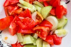 Σαλάτα αγγουριών ντοματών μέσα στην του Αζερμπαϊτζάν σαλάτα γουρνών Στοκ Εικόνες