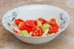 Σαλάτα αγγουριών ντοματών μέσα στην του Αζερμπαϊτζάν σαλάτα γουρνών Στοκ Εικόνα
