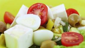 Σαλάτα από τα πράσινα στο πιάτο φιλμ μικρού μήκους