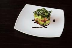 Σαλάτα από την ντομάτα μαρουλιού αβοκάντο και τα ψάρια σολομών Στοκ εικόνα με δικαίωμα ελεύθερης χρήσης