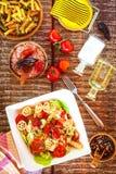 Σαλάτα ζυμαρικών με το τυρί Θερινή σαλάτα Διατροφή διατροφής Ζυμαρικά με τα λαχανικά στον ξύλινο πίνακα στοκ φωτογραφίες