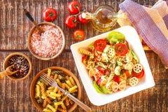 Σαλάτα ζυμαρικών με το τυρί Θερινή σαλάτα Διατροφή διατροφής Ζυμαρικά με τα λαχανικά στον ξύλινο πίνακα στοκ εικόνα