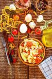 Σαλάτα ζυμαρικών με το τυρί Θερινή σαλάτα Διατροφή διατροφής Ζυμαρικά με τα λαχανικά στον ξύλινο πίνακα στοκ φωτογραφία