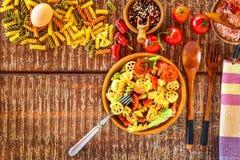 Σαλάτα ζυμαρικών με το τυρί Θερινή σαλάτα Διατροφή διατροφής Ζυμαρικά με τα λαχανικά στον ξύλινο πίνακα στοκ φωτογραφία με δικαίωμα ελεύθερης χρήσης