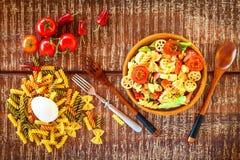 Σαλάτα ζυμαρικών με το τυρί Θερινή σαλάτα Διατροφή διατροφής Ζυμαρικά με τα λαχανικά στον ξύλινο πίνακα στοκ εικόνα με δικαίωμα ελεύθερης χρήσης