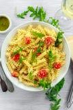 Σαλάτα ζυμαρικών rotini πυραύλων λεμονιών με τις ντομάτες κερασιών και το τυρί παρμεζάνας Στοκ φωτογραφίες με δικαίωμα ελεύθερης χρήσης