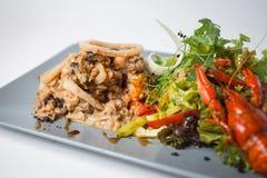 Σαλάτα θαλασσινών με το καλαμάρι, αστακοί, μύδια και πράσινος στοκ φωτογραφία με δικαίωμα ελεύθερης χρήσης