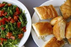 Σαλάτα και πίτα στοκ εικόνα με δικαίωμα ελεύθερης χρήσης