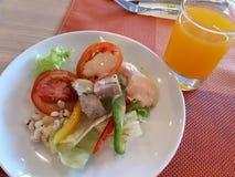 Σαλάτα και χυμός από πορτοκάλι Στοκ Φωτογραφία