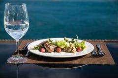 Σαλάτα κρέατος και ποτήρι ακόμα του νερού στοκ εικόνα με δικαίωμα ελεύθερης χρήσης