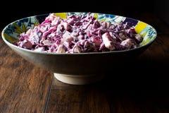 Σαλάτα κόκκινων λάχανων με το γιαούρτι, τη μαγιονέζα και τη Apple Στοκ εικόνα με δικαίωμα ελεύθερης χρήσης