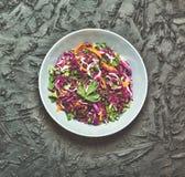 Σαλάτα κόκκινων λάχανων Σαλάτα, υγιή τρόφιμα Σαλάτα κόκκινων λάχανων Σαλάτα φρέσκων λαχανικών με το πορφυρό λάχανο, άσπρο λάχανο, Στοκ Φωτογραφίες