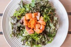 Σαλάτα λαχανικών φύλλων με το καπνισμένο ύφος τροφίμων σολομών ιαπωνικό Στοκ Εικόνες