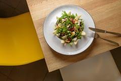Σαλάτα λαχανικών φύλλων με το τυρί, τα σταφύλια, τα ξύλα καρυδιάς και τη νόστιμη σάλτσα Υγιή, τρόφιμα διατροφής Στοκ εικόνες με δικαίωμα ελεύθερης χρήσης
