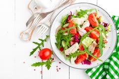 Σαλάτα λωρίδων κοτόπουλου με τα φύλλα ντοματών, μαρουλιού, αγγουριών και arugula Σαλάτα φρέσκων λαχανικών με το κρέας κοτόπουλου  Στοκ Φωτογραφία