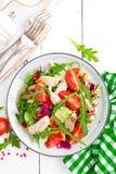 Σαλάτα λωρίδων κοτόπουλου με τα φύλλα ντοματών, μαρουλιού, αγγουριών και arugula Σαλάτα φρέσκων λαχανικών με το κρέας κοτόπουλου  Στοκ φωτογραφίες με δικαίωμα ελεύθερης χρήσης