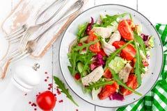 Σαλάτα λωρίδων κοτόπουλου με τα φύλλα ντοματών, μαρουλιού, αγγουριών και arugula Σαλάτα φρέσκων λαχανικών με το κρέας κοτόπουλου  Στοκ Φωτογραφίες